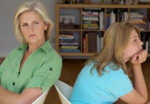 Мама разговаривает с подростком