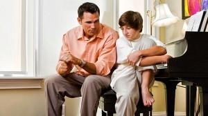 отец учит сына