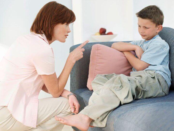 мама поучает мальчика