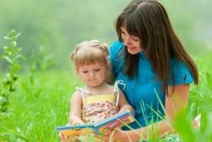 мама читает книжку