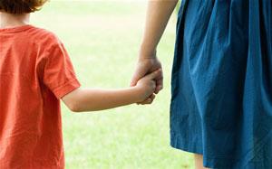 за руку с ребенком