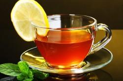 Чашка зеленого чая с лимоном для снятия стресса