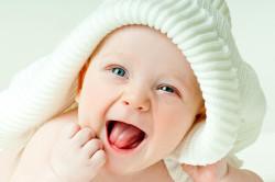 Первая улыбка на личике малыша - первая попытка общения