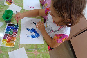 дети рисуют картинки с помощью клякс