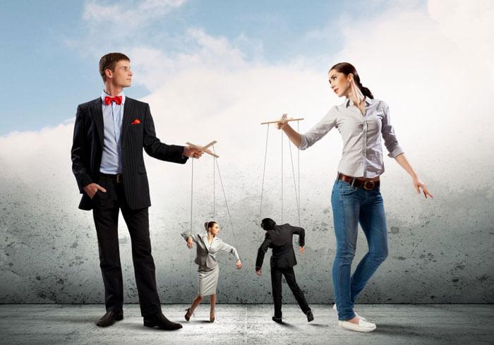 Женщина контролирует мужчину