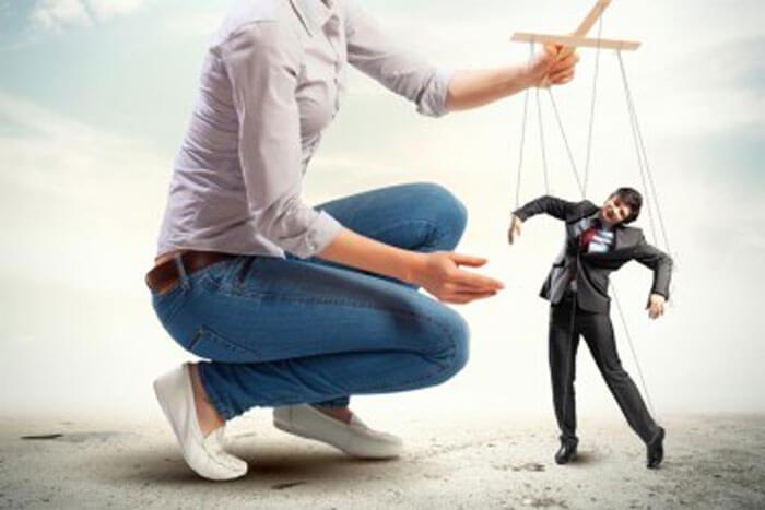 Женщина управляет мужчиной