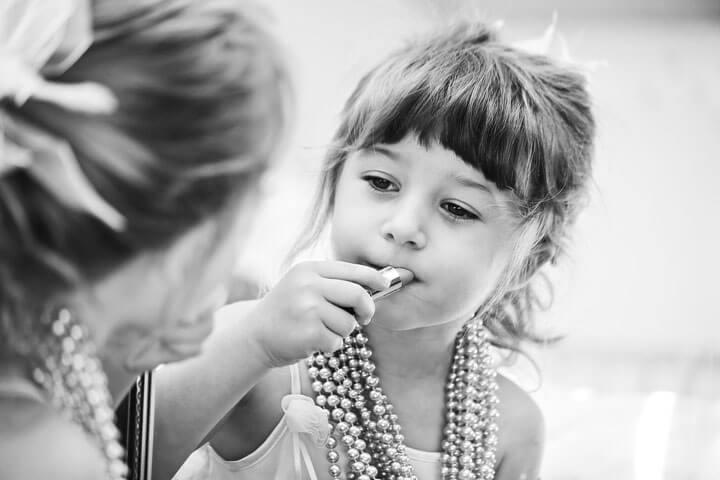 Девочка начинает красить губы