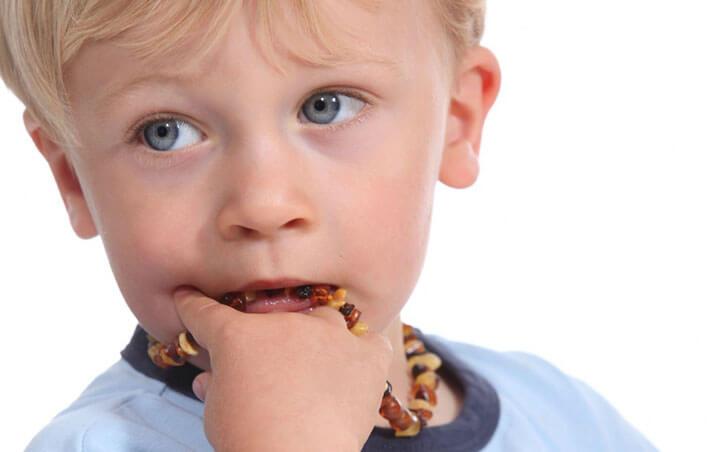 Ребенок сосет предметы - вредная привычка