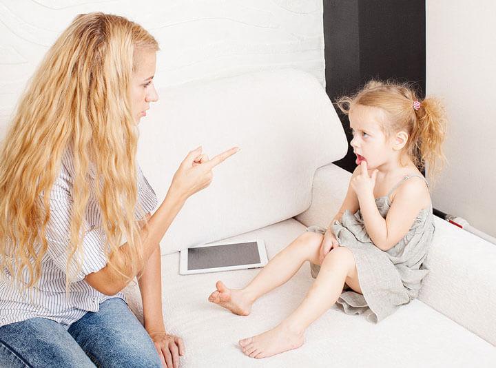 Девочка упрашивает маму