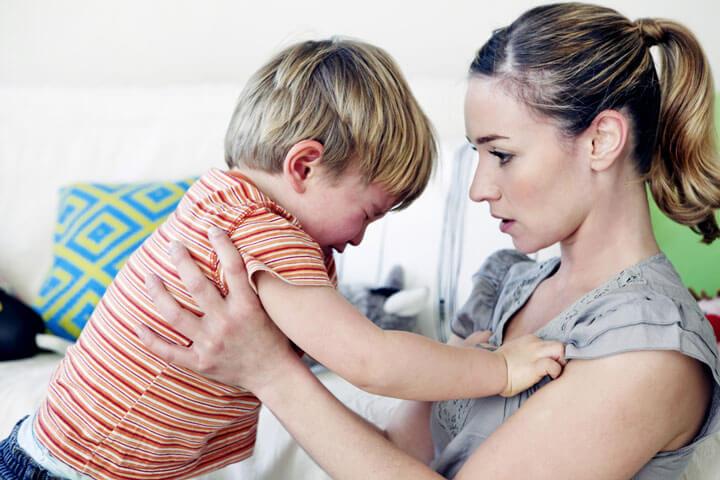Мама просит прощения у ребенка
