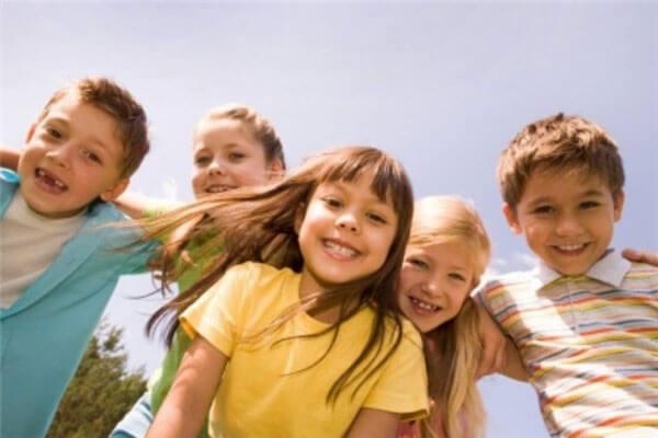Ребенок играет со сверстниками