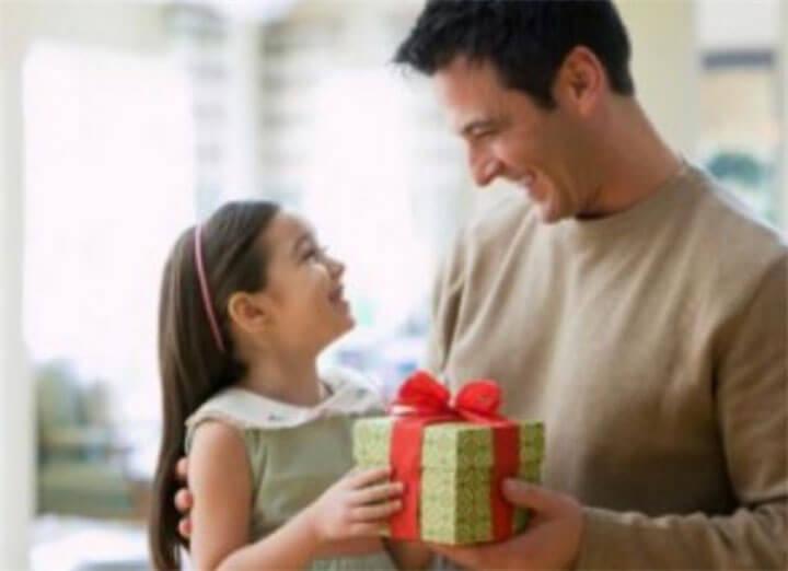 Папа дарит дочке подарок