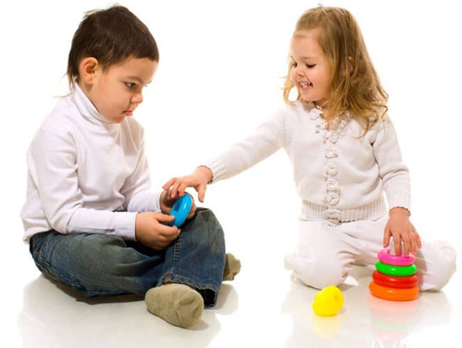 Дети играют вместе