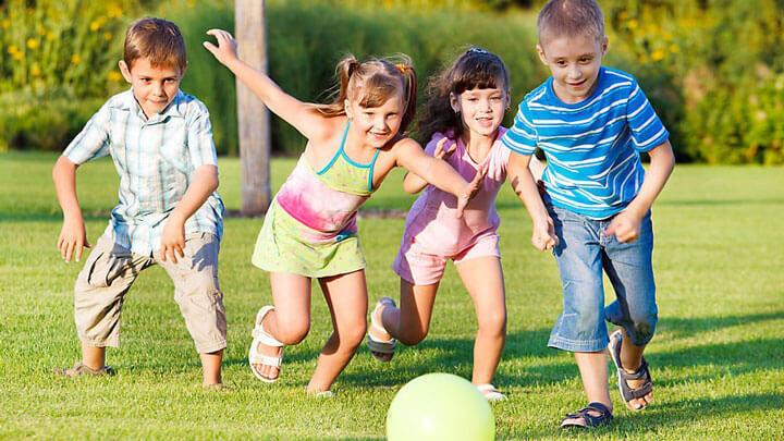 Дружные дети играют в футбол