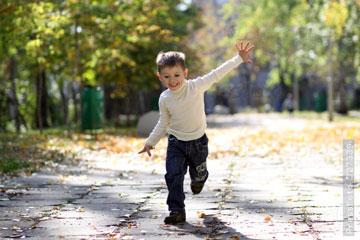 Мальчик бегает на улице