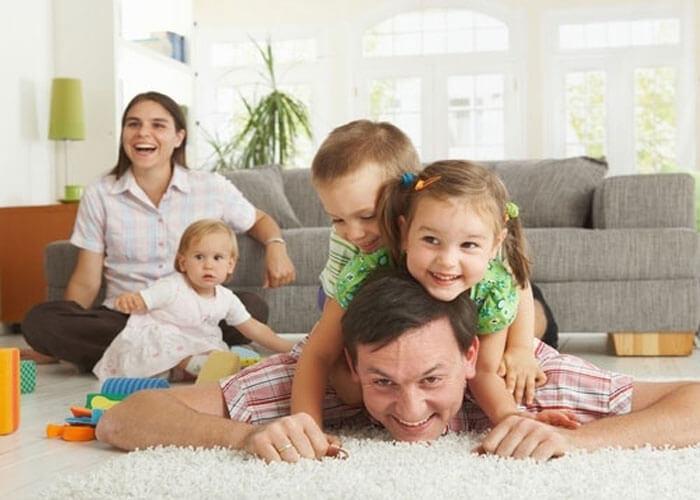 Отец играет с детьми
