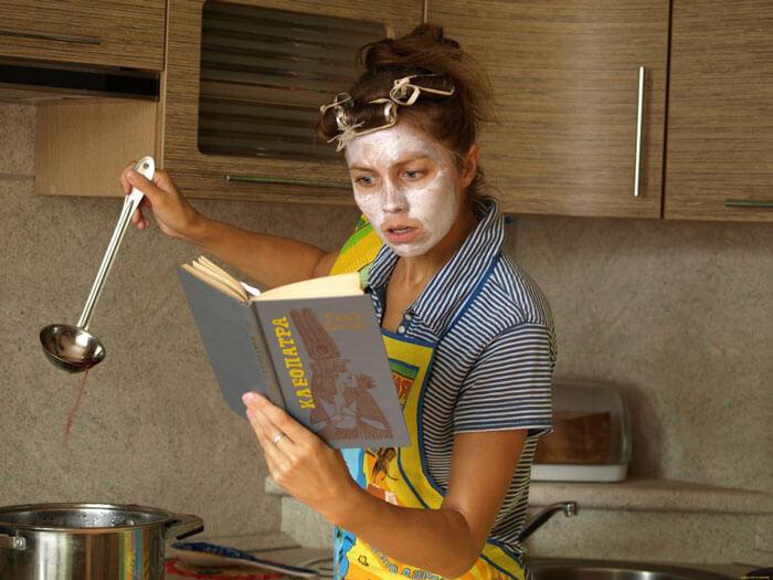 Домохозяйка на кухне