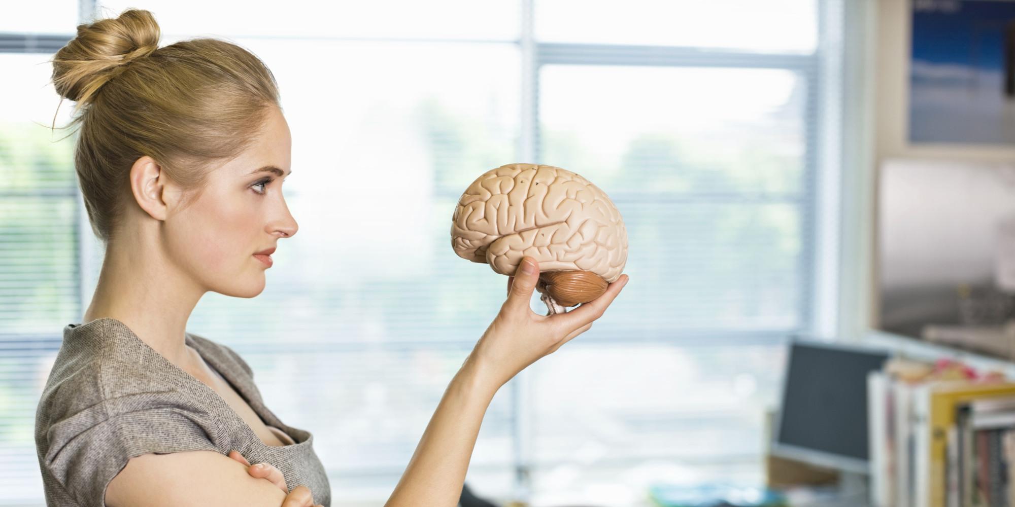 человек с мозгом в руке